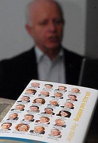 Auch das Abkupfern war Thema bei der Wahlveranstaltung der Freien Wähler (im Bild Konrad Heuwieser, der den Rückblick präsentierte). Dass man sich den Spickzettel für den Urnengang am 16. März in Schokoladenform von den FW-Freunden in Neuötting abgeschaut habe, wurde zugegeben, dass man sich beim Wahlslogan bei der CSU bedient habe, zurückgewiesen.