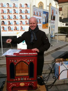 Listenführer und Franktionssprecher Konrad Heuwieser an der Drehorgel